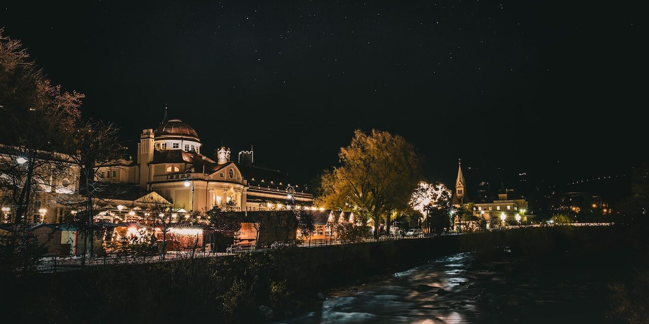 https://www.touripp.it/wp-content/uploads/2020/11/Merano-di-notte-1280x640.jpg